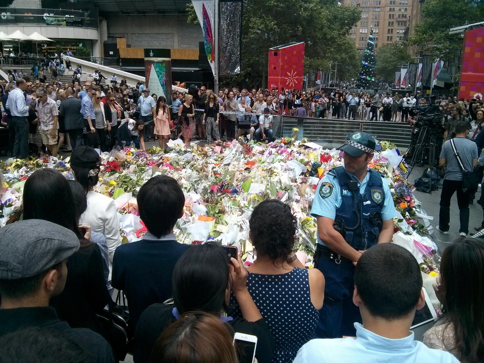 Délutánra már több száz virág a helyszínen.