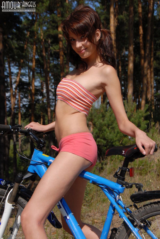 girl-nude-on-bike-vol3-03.jpg