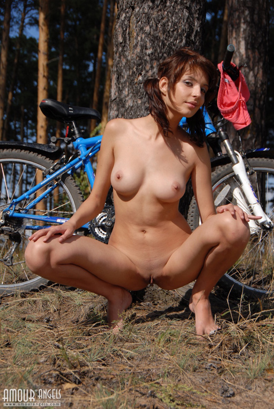 girl-nude-on-bike-vol3-15.jpg