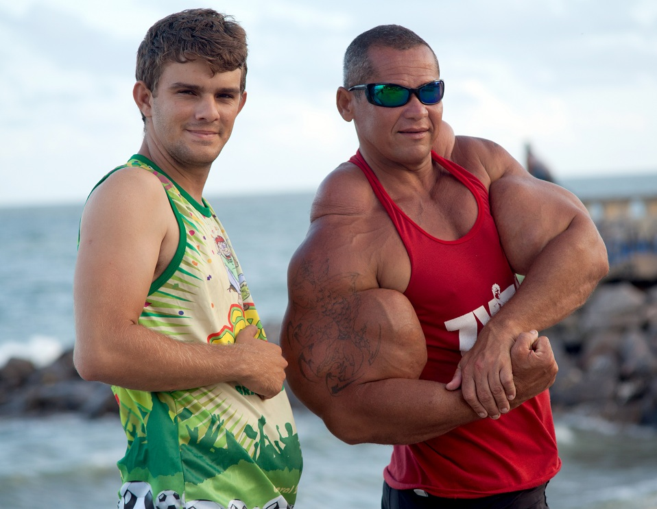guy injecting steroids
