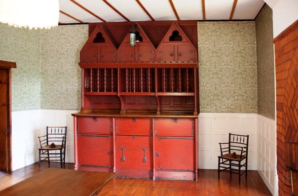 Red_House_szekrény.jpg