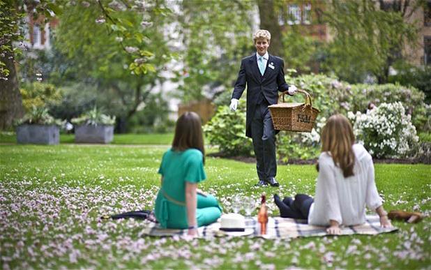 Így megy piknikezni egy burzsuj