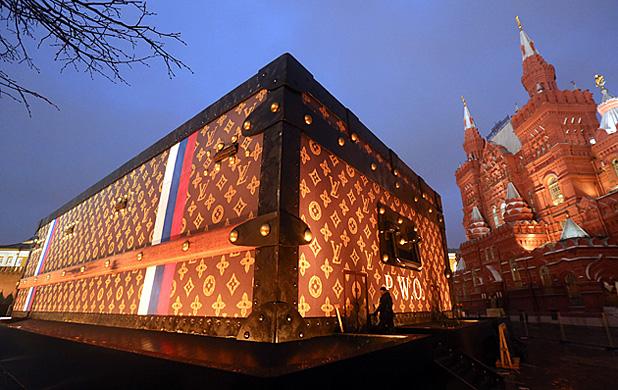Lebontják a Louis Vuitton bőröndjét