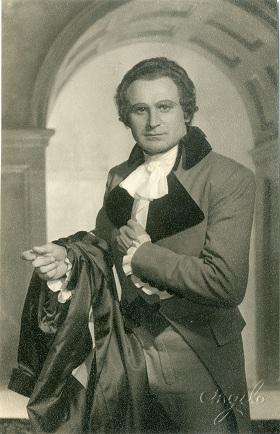 Az André Chénier címszerepében.jpg