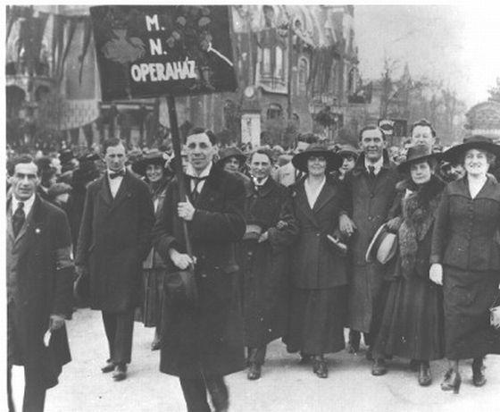 operaházi tagok felvonulása 1919 május 1.jpg