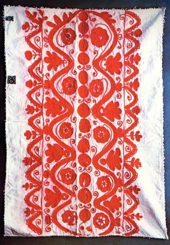 Párnavég gyolcson, hullámdíszes minta között rozetták sorával (Mezőkeszü, v. Kolozs m. 20. sz.) Bp. Néprajzi Múzeum.jpg