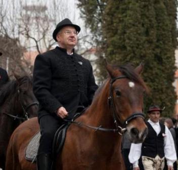 Semjén Zsolt lova.jpg