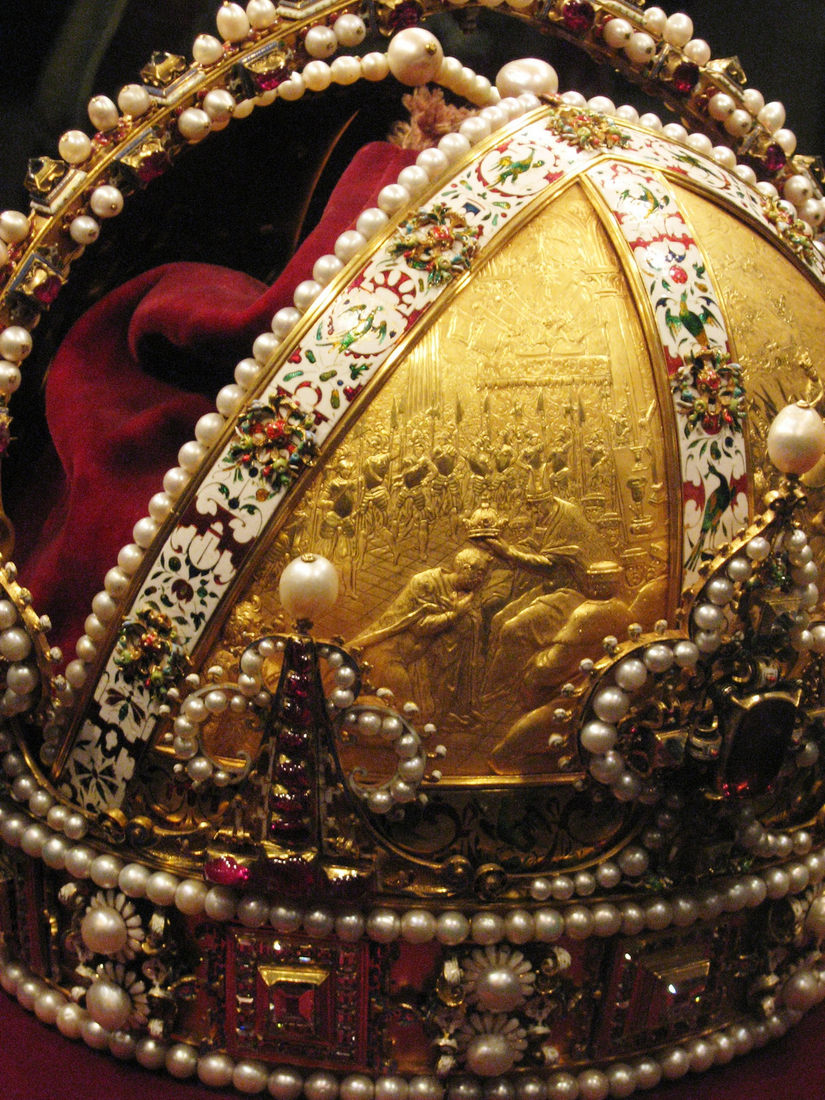 A koronán levő domborművek: Rudolfot a Szent Római Birodalom császárává koronázzák