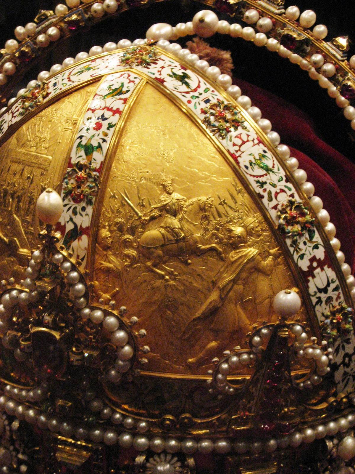A koronán levő domborművek: Magyar királlyá koronázása után Rudolf felvágtat a pozsonyi koronázási dombra
