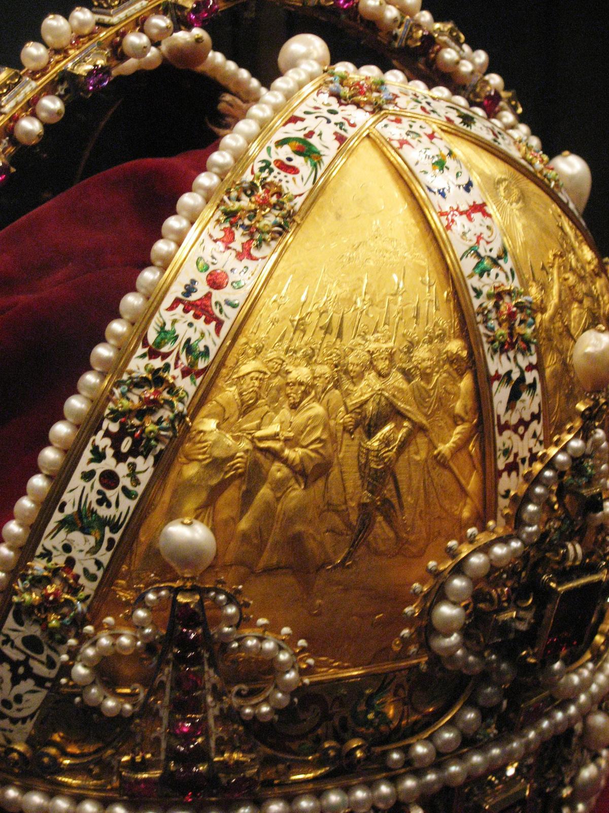 A koronán levő domborművek: Rudolfot cseh királlyá koronázzák