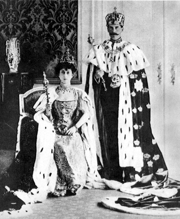 VII. Haakon és felesége királyi díszben