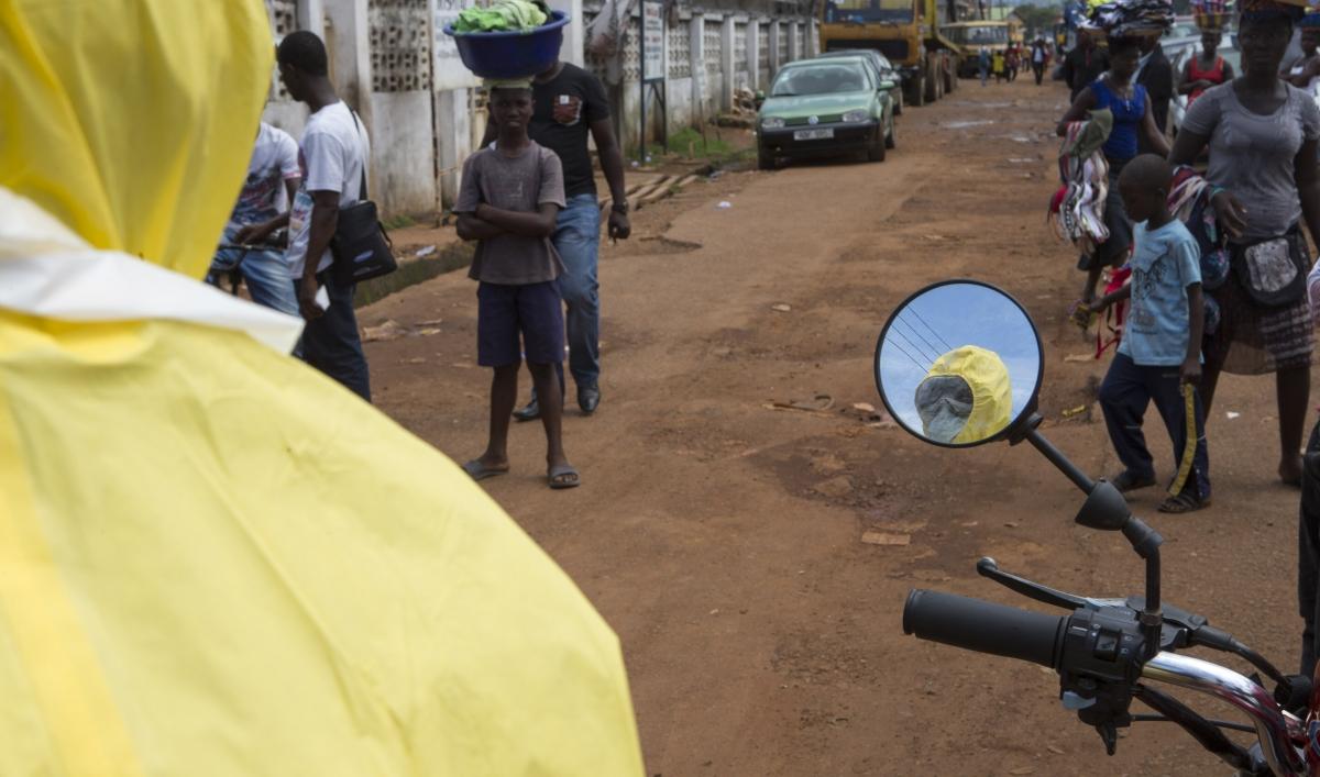 Egészségügyi dolgozó az ebolával sújtott Sierra Leonéban (f.: Reuters)