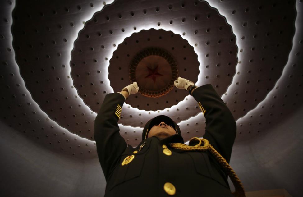 Katonai zenekarvezető tart főpróbát a Kínai Népköztársaság Országos Népi Gyűlés éves ülésszakának nyitó napján, Pekingben (f.: Reuters)