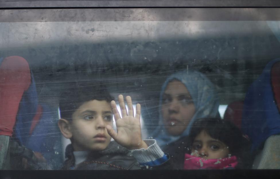 Palesztin család tekint ki a buszon, mielőtt elindulnának Egyiptomba a Gázai-övezet déli részéről. A Rafah határátkelő megnyitásával tömegesen hagyják el az ott lakók a gázai konfliktusos területet. (f.: Reuters)