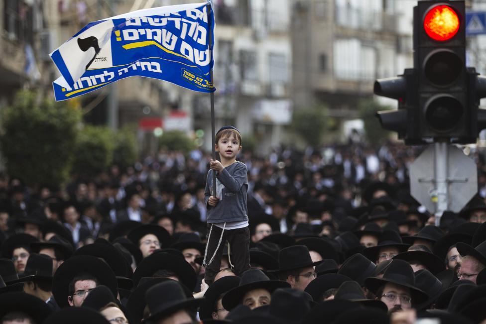 Fiatal izraeli fiú lengeti a zászlót egy, az Egyesült Tóra Judaizmus orotodox párt által szervezett politikai rendezvényén Tel-Aviv mellett. (f.: Reuters)