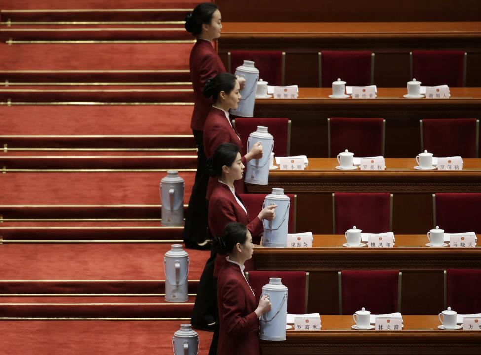 Tradicionális keretek között szolgálnak fel vizet a a résztvevőknek a Kínai Népköztársaság Országos Népi Gyűlés éves ülésszakának nyitó napján, Pekingben (f.: Reuters)