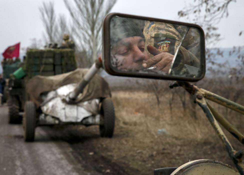 Ukrán katonák vonulnak ki a debalcevei régióból (f.: Reuters)