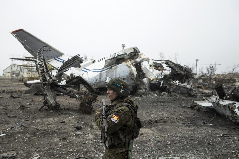 Fegyveres szeparatista járőrözik a rommá lőtt donyecki repülőtéren (f.: Reuters)