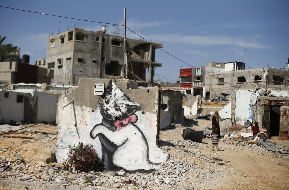 Feltehetőleg a híres graffitis, Banksy alkotása látható a Gázai övezet egyik romos településén (f.: Reuters)