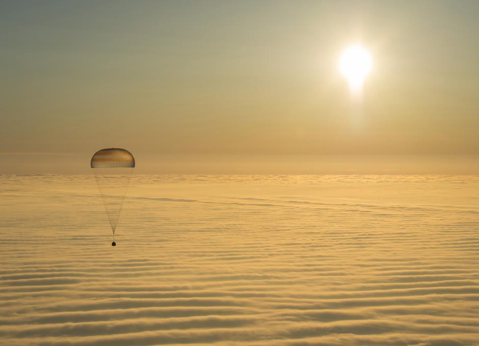 A Szojuz TMA-14M jelzésű űrkapszula közeledik a Föld felé a Nemzetközi Űrállomásról, fedélzetén két orosz és egy amerikai űrhajóssal (f.: Reuters)