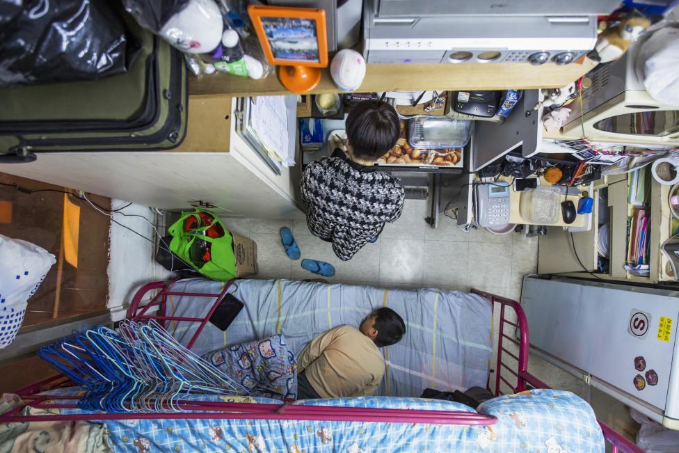 Hongkongi anya és fia az alig 20 négyzetméteres lakásukban, amelyért havi 130 ezer forintot fizetnek lakbérként (f.: Reuters)