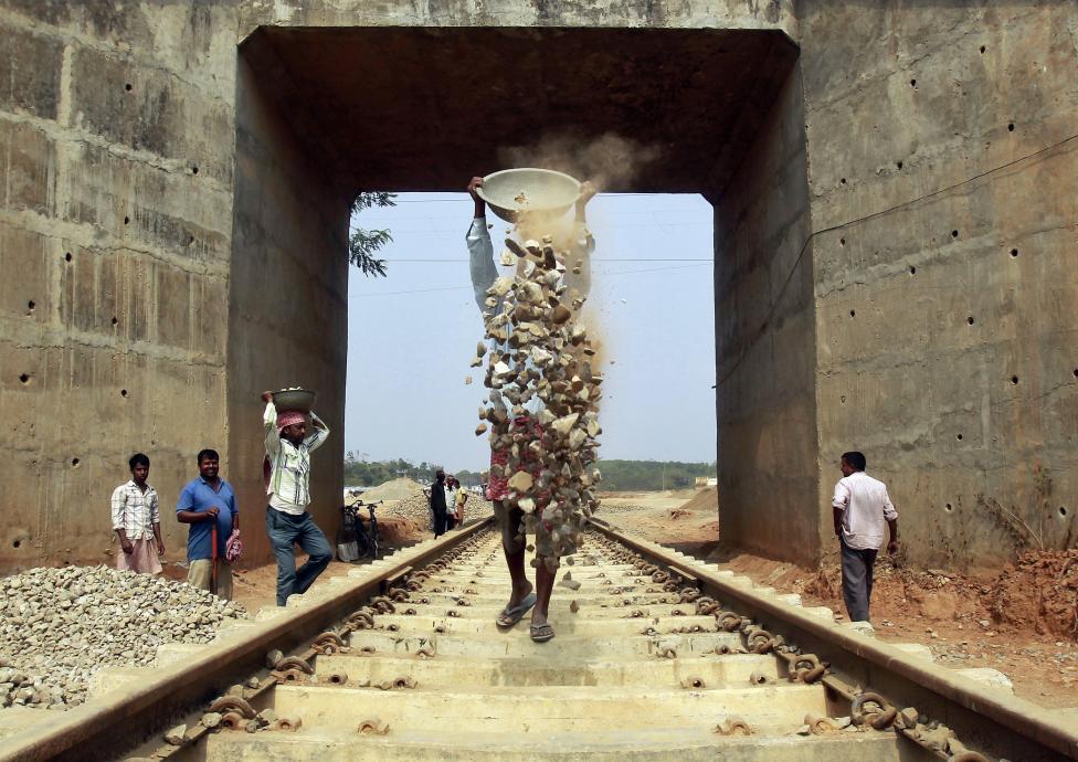 Indiai munkások dolgoznak egy vasúti pálya építésén Agartalában (f.: Reuters)