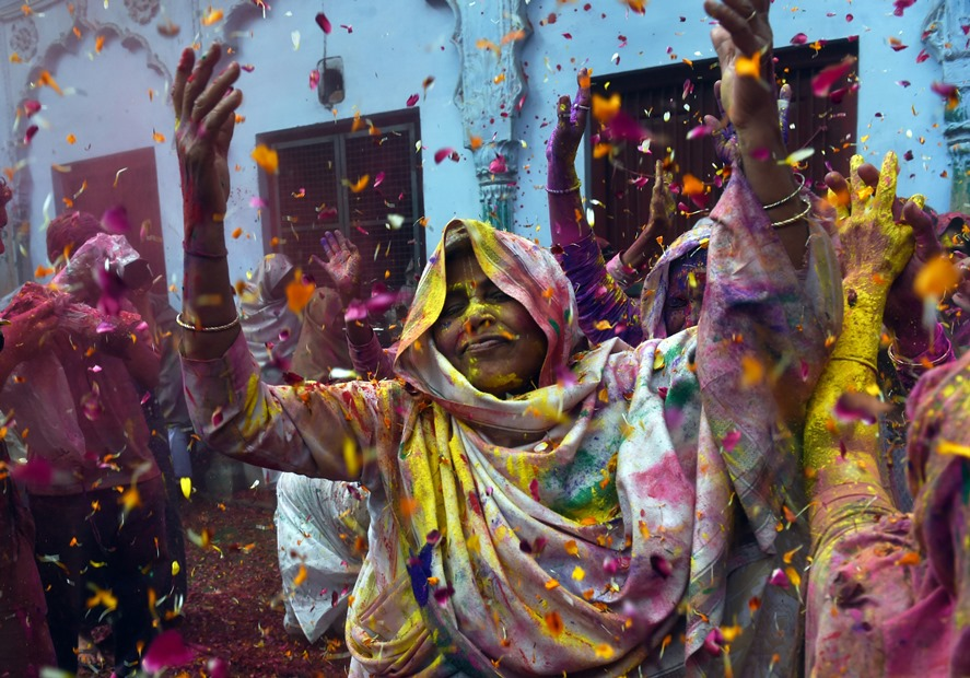 Indiai nők ünneplik a Holi-t, azaz a színek fesztiválját Vrindavan-ban (f.:AFP)
