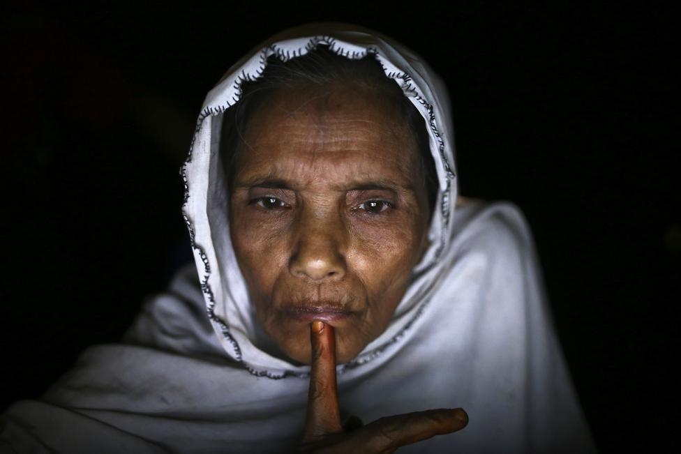 Muszlim menekült interneten keresztül beszél lánya barátjával Mianmarban. A menekülttábor internetes sátrában óránként 10 centet kérnek a világháló elérésért. (f.: AFP)