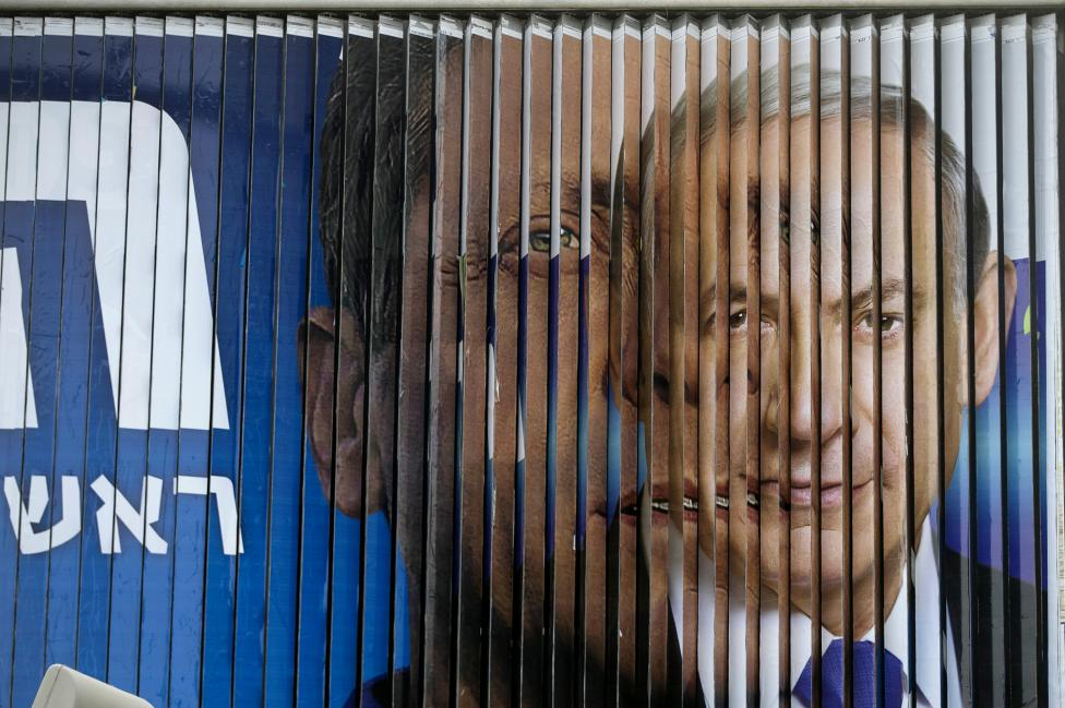 Benjamin Netanjahu jelenlegi izraeli miniszterelnök és kihívója, a Cionista Unió vezetője, Isaac Herzog választási plakátjai váltakoznak Tel-Aviv utcáin. Izraelben március 17-én tartanak választásokat. (f.: Reuters)