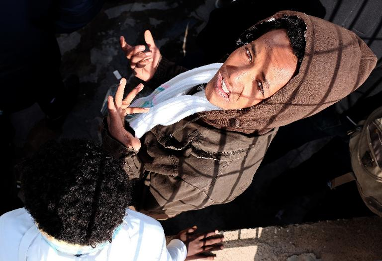 Afrikai bevendorló várakozik Lampedusán, hogy kompra szálljon Szicília felé (f.: AFP)