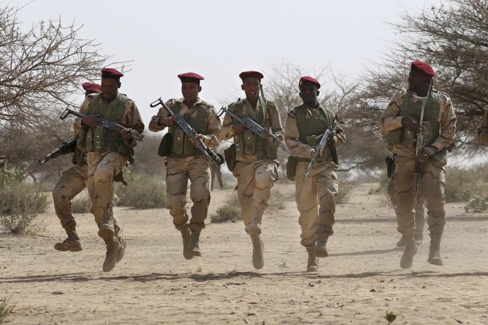 A mauritániai különleges erők tagjai tánccal zárják az amerikaiak által vezetett kiképző missziót Csádban (f.: Reuters)
