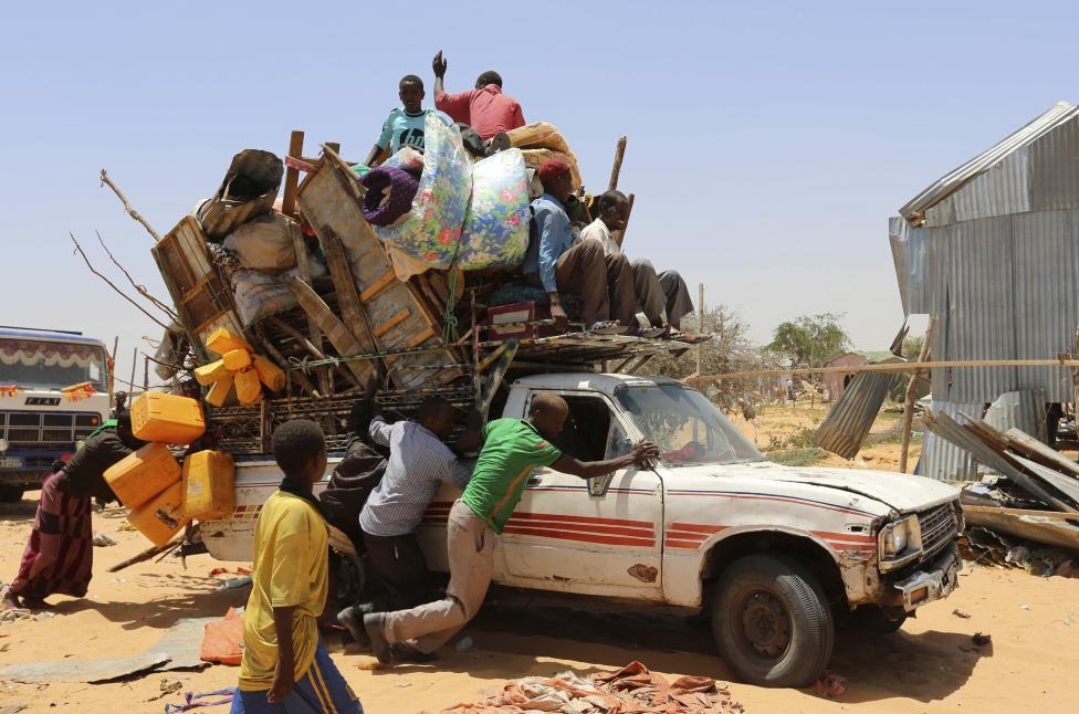 A katonaság által felszámolt menekülttáborból költöznek az ott lakók a szomáliai Mogadishu-ban (f.: Reuters)