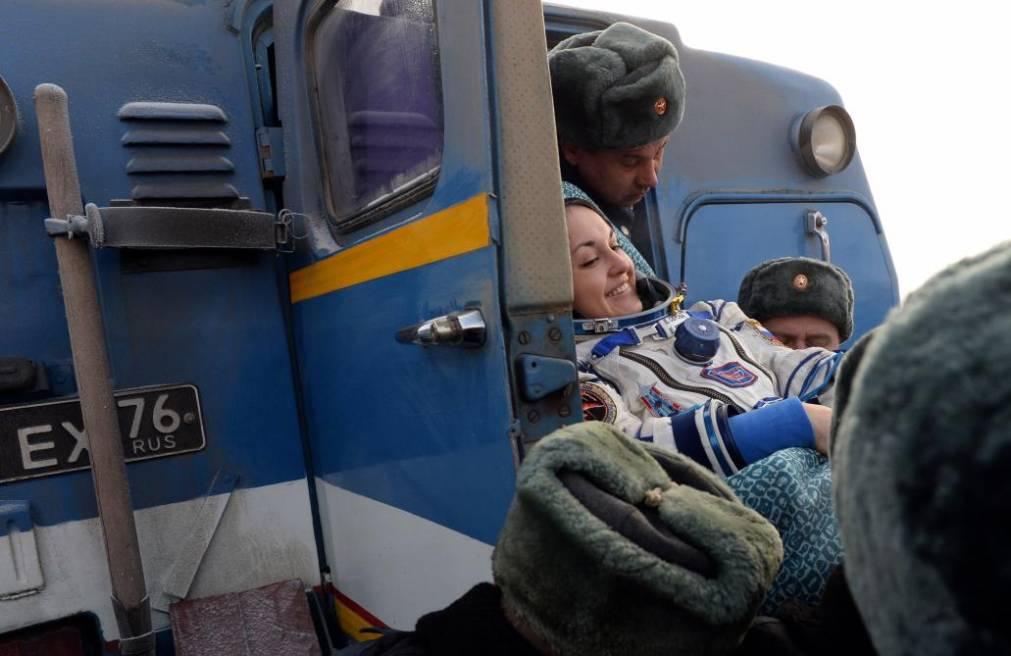 Elena Szerova orosz űrhajóst épp behelyezik a földet érésük helyszínére (Kazahsztánba) kirendelt orvosi autóba (f.: Reuters)