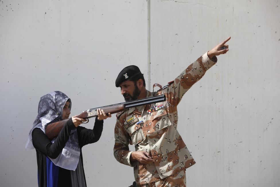 A pakisztáni egyetem egyik női hallgatója vesz részt a katonák által szervezett anti-terrorista képzésen (f.: Reuters)