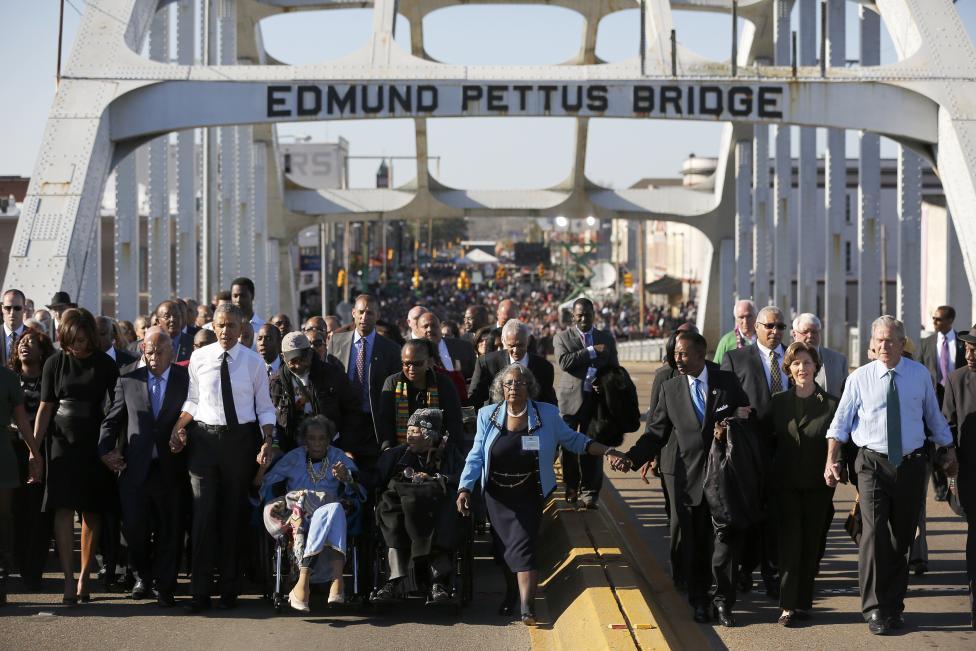Barack Obama amerikai elnök sétál együtt a tömeggel az alabamai Selmában, ahol a 'Véres Vasárnap' néven elhíresült, 50 évvel ezelőtti, Martin Luther King vezette polgárjogi menetre emlékeztek. Az Edmund Pettus-hídon áthaladó békés tüntetők rendőri sorfallal találták magukat szembe, akik brutális támadásba lendültek, amikor a tömeg nem akart feloszlani. (f.: Reuters)