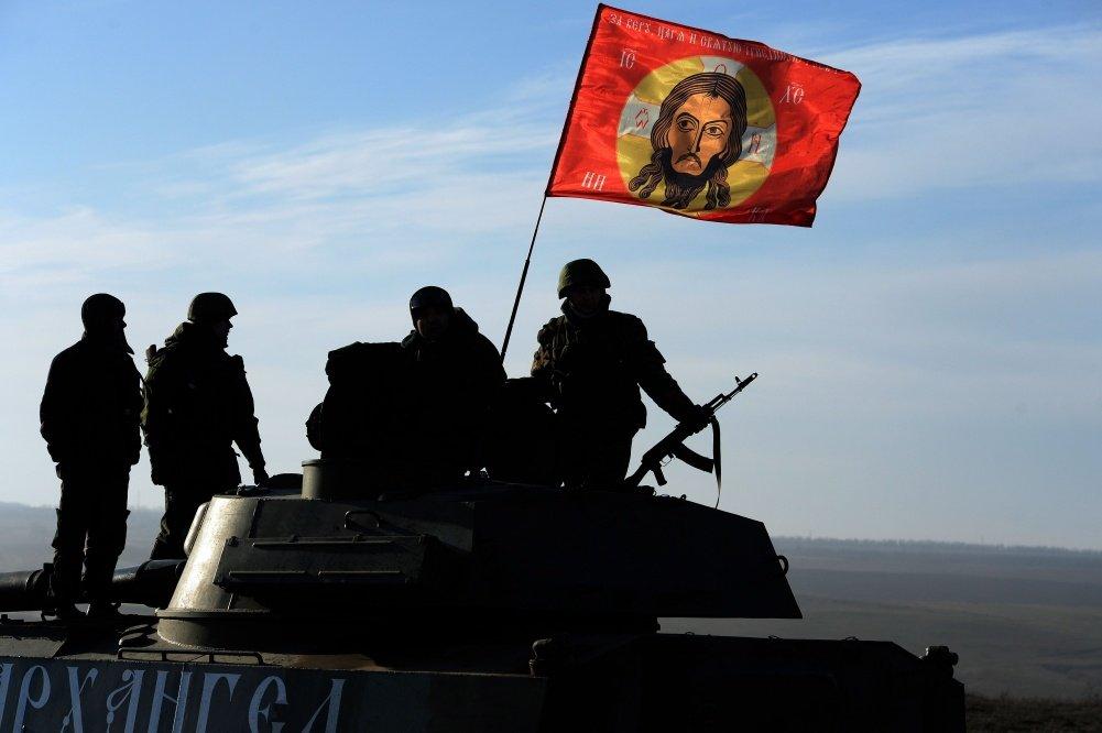 Donyecki oroszbarát szeparatisták Jézus arcával díszített zászlót helyeztek el páncélos járművükön (f.: Reuters)