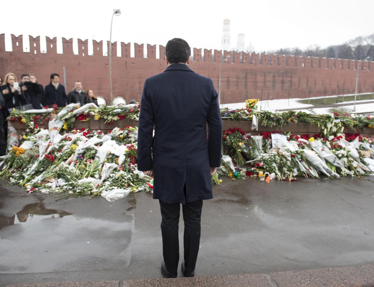 Matteo Renzi moszkvai útja során virágot helyez el Borisz Nyemcov meggyilkolásának helyszínén. Az útért több oldalról is kritikák érték az olasz miniszterelnököt (f.: Corriere della Sera)