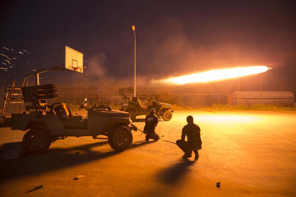 Síita milicisták indítanak rakétát egy utcai kosárpályáról az Iszlám Állammal való összecsapás közben, az iraki Szalahudin provinciában (f.: Reuters)