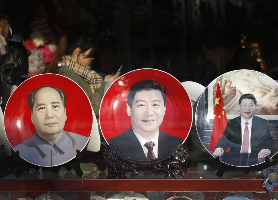 Az Országos Népi Gyűlés éves ülésszakára készülő szuvenírárus bolt Pekingben (f.: Reuters)