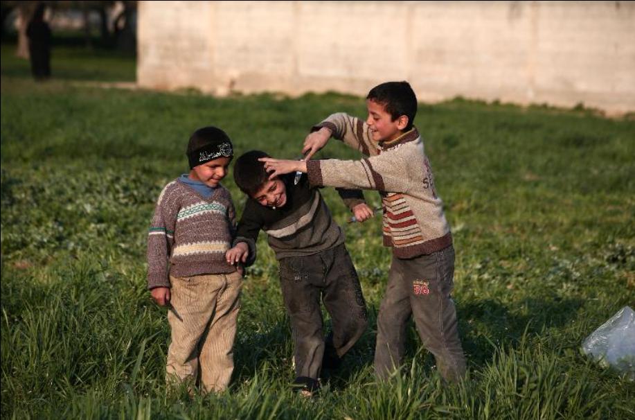Gyermekek játsszák újra azokat az Iszlám Állam kivégzési videóiban látott jeleneteket Damaszkusz külvárosában, Szíriában. (f.: AFP)