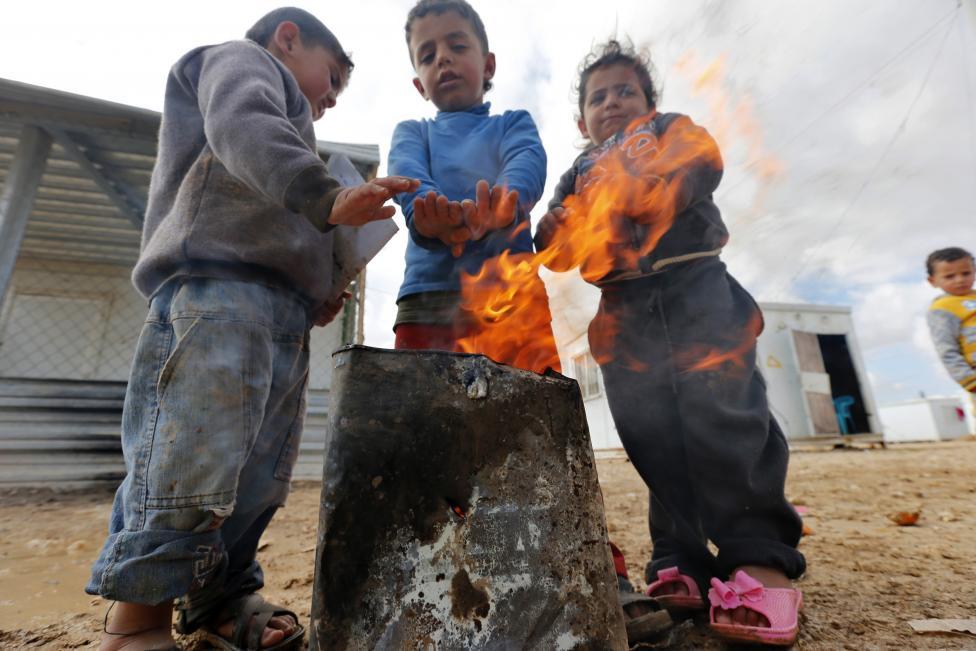 Gyermekek melegednek az Al Zaatari mellett fekvő szíriai menekülttáborban (f.: Reuters)