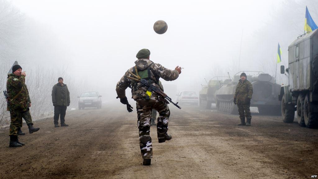 Ukrajnai katonák fociznak Szvitlodarszknál, Debalceve közelében (f.: AFP)