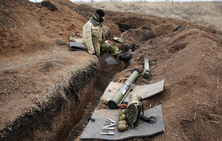 Ukrán katona pihen a Donyeck menti lövészárkok mentén (f.: AFP)