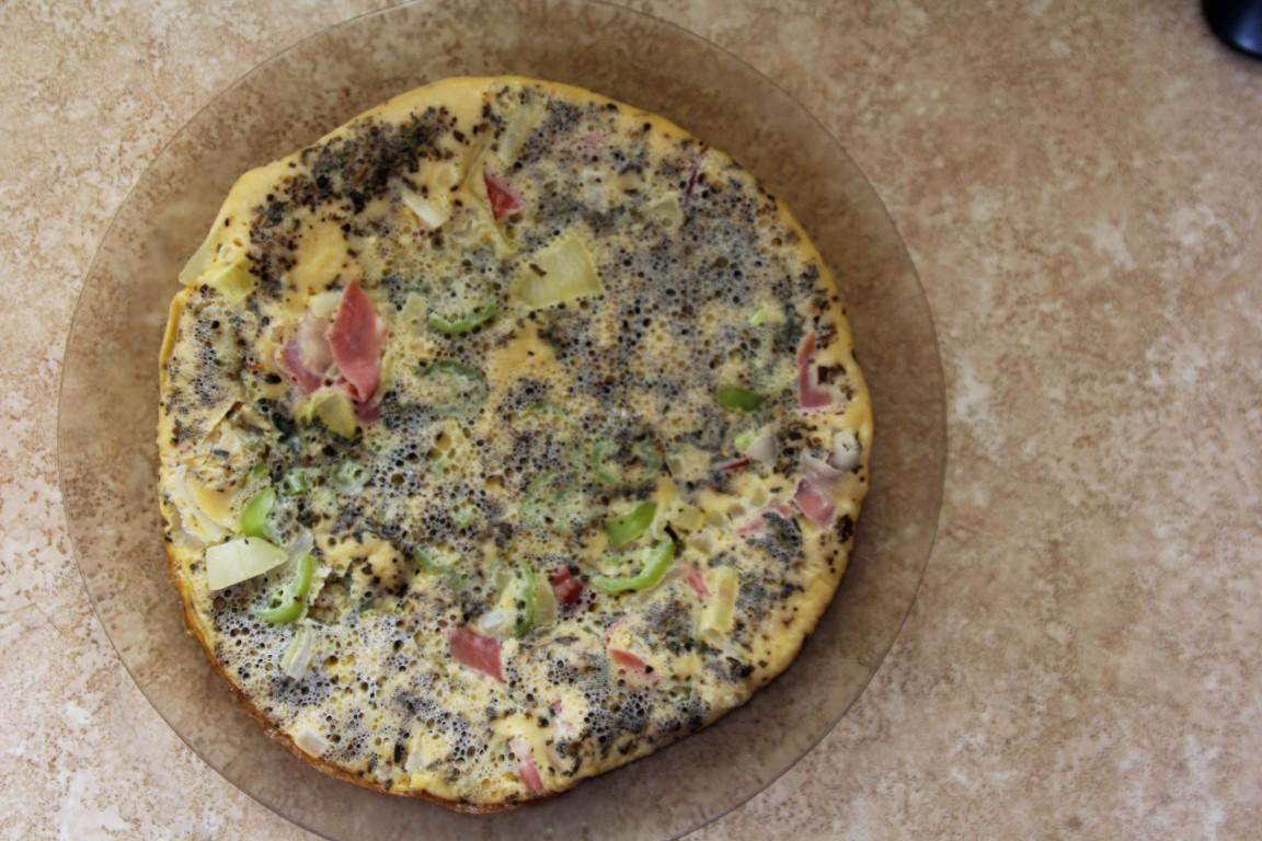 Amíg lefotóztam a folyamatot, elkészült Zoli pizza rántottája is.<br />