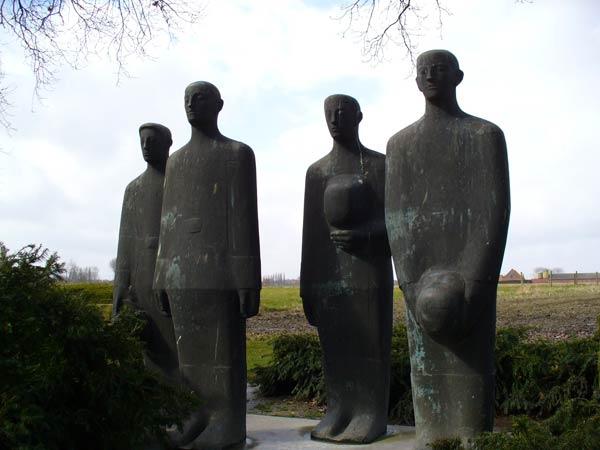 Statuengruppe_Soldatenfriedhof_Langemark.jpg
