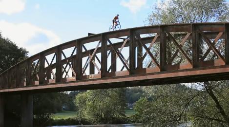 extremesportok_blog_video_road_party_bicikli_trial_ashton_martin.JPG