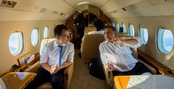 Orban_Viktor_Fidesz_elnok_miniszterelnok_kormanyfo_utazik_repulo_Szijjarto_Peter_allamtitkar_1.png