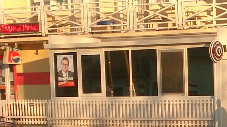 trafikmutyi_trafik_CBA_Fidesz_plakat_hirdetes_ablakban_oszinte_Nemzeti_Dohanybolt_politika_korrupcio.jpeg