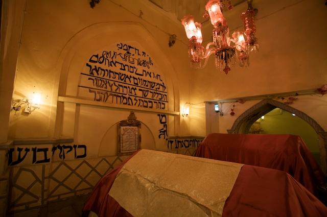 Tomb_of_Ester_and_Mordechai_interior.jpg