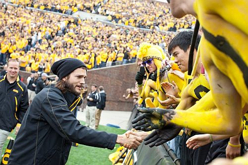 Ashton-Kutcher-Iowa-meccs-gv.jpg
